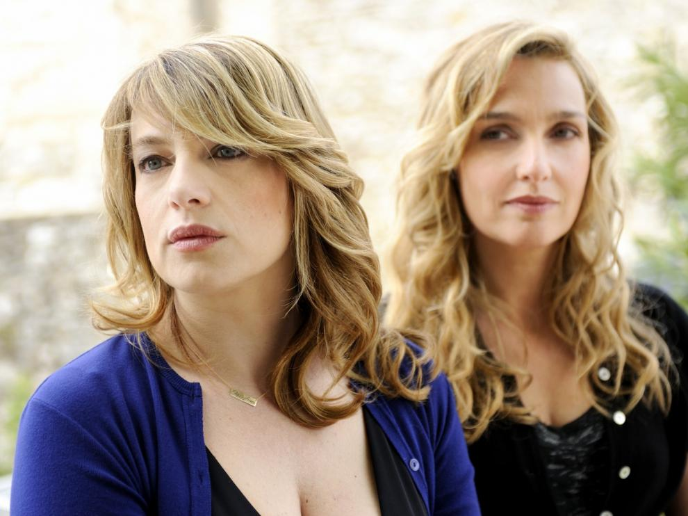 Deux jeunes femmes blondes regardent au loin, perplexes