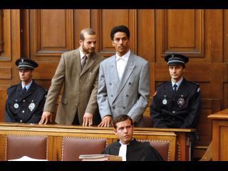 Omar, entouré de son avocat et de policiers lors de son procès