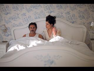Couple dans le lit conjugal