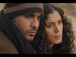 Jeune couple regardant dans la même direction