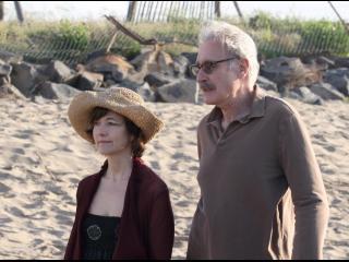 Une femme et un homme sont côte à côte sur la plage