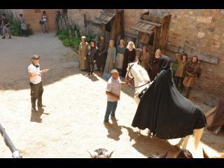 Scène de tournage : le réalisateur place un cavalier et les figurants avant le tournage