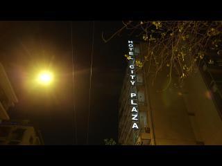 Une lumière et une enseigne brillent dans la nuit