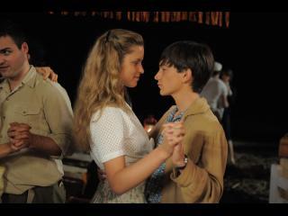 Jeune couple dansant lors d'un bal