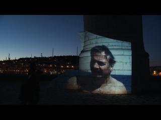 Image de Georges Brassens à la plage projetée sur une tour de Sète