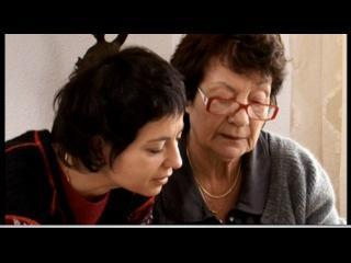 Une jeune femme et une femme plus âgée lisent un document
