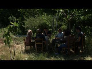 Repas champêtre à l'ombre d'un arbre entre Diourka et ses amis