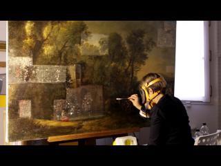 Un restaurateur nettoie une peinture de paysage ancienne
