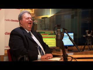 Georges Frêche, riant, devant le micro de Radio Classique