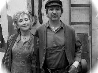 Reconstitution d'une photo d'époque avec les acteurs jouant les parents de Brassens