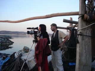 Equipe technique filmant depuis le bord d'un étang