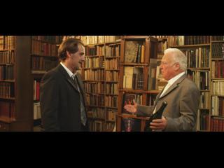 Un père et son fils sont face à face dans une librairie