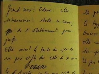 Photo d'un cahier jauni sur lequel il y a des inscriptions manuscrites