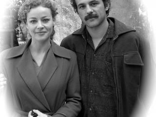 Comédien jouant le rôle de Brassens dans une photo d'époque avec sa femme