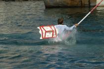 Jouteur dans l'eau en mouvement