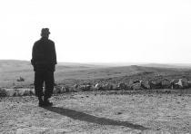 Militaire marchant dans une plaine désertique
