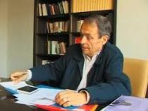 Pierre Bourdieu assis à son bureau