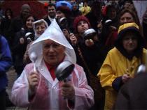 Femme tapant sur une casserole lors d'une manifestation