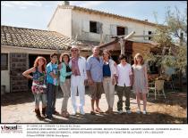 Deux familles posent côte à côte devant une maison du sud de la France