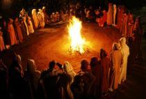 Groupe de personnes en cercle autour d'un feu