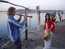 Mariana et Jean-Michel Lhubac portant leur tambourin et leur hautbois