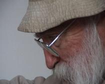 Gros plan sur le visage de Piet Moget en train de travailler