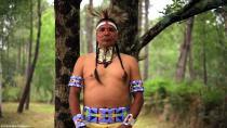 Portrait d'un indien en costume traditionnel dans la nature